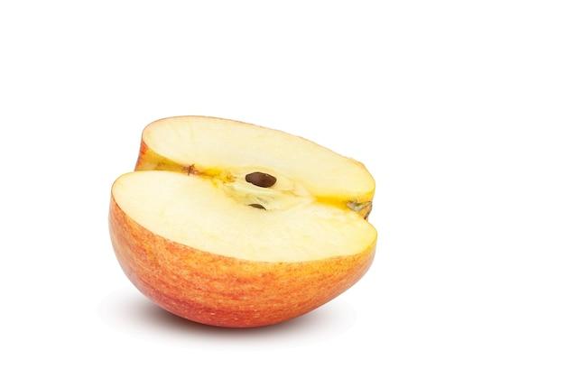 Metade da maçã vermelha e amarela, isolada no fundo branco, traçado de recorte, profundidade de campo.