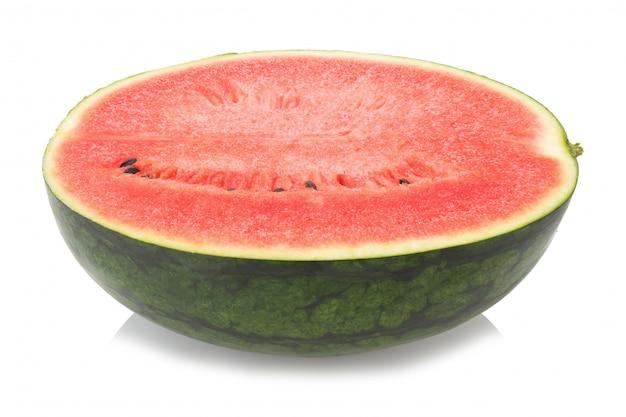 Metade da melancia isolada no fundo branco