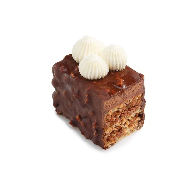 Metade da minitorta de chocolate glaceado com creme isolado