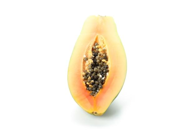 Metade da papaia isolada no fundo branco