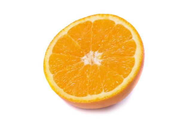 Metade da suculenta laranja fresca isolada no fundo branco