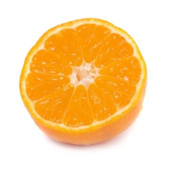 Metade da tangerina laranja isolada no fundo branco