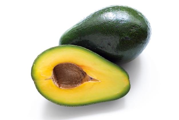Metade de abacate maduro fresco e fruta inteira isolada no fundo branco