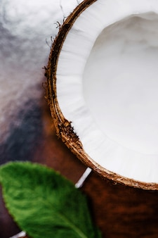 Metade de coco fresco fica na mesa