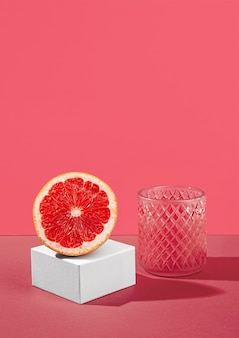 Metade de laranja de sangue e suco