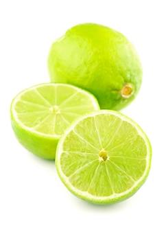 Metade de limão cítrico isolado no branco