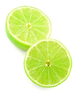 Metade de limão cítrico isolado no fundo branco com traçado de recorte