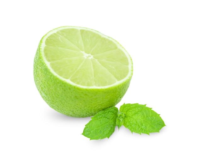 Metade de limão e folhas de hortelã isoladas na superfície branca