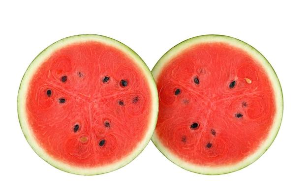 Metade de melancia fresca isolada no fundo branco.