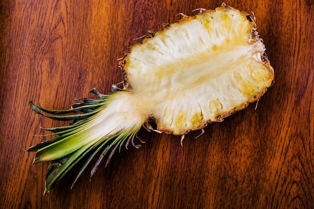 Metade de um abacaxi está na mesa