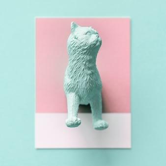 Metade de um gato em um papel colorido