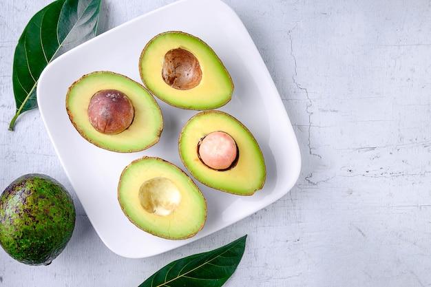 Metade de uma fruta abacate