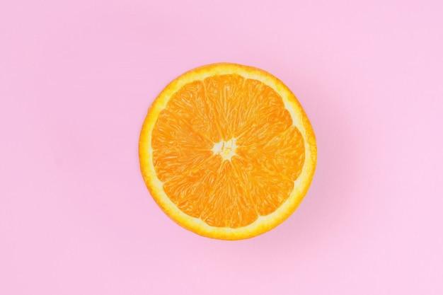 Metade de uma laranja fresca e suculenta