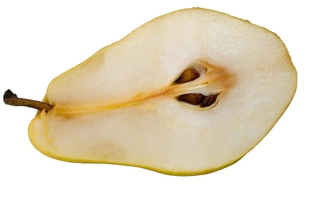 Metade de uma macro fotografia grande de fruta amarela de pêra em um fundo branco isolado