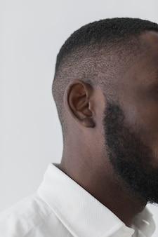 Metade direita da cabeça do homem negro