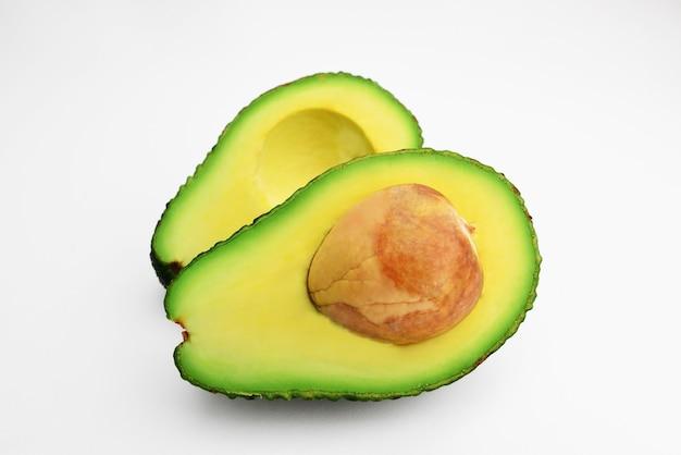 Metade do abacate fresco isolado no branco abacate maduro verde fresco trajeto de recorte alimentação saudável abacate fatiado