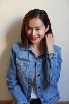 Metade do comprimento adulto jovem mulher asiática