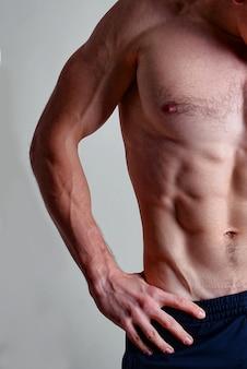 Metade do corpo do homem musculoso fisiculturista, parte superior do corpo