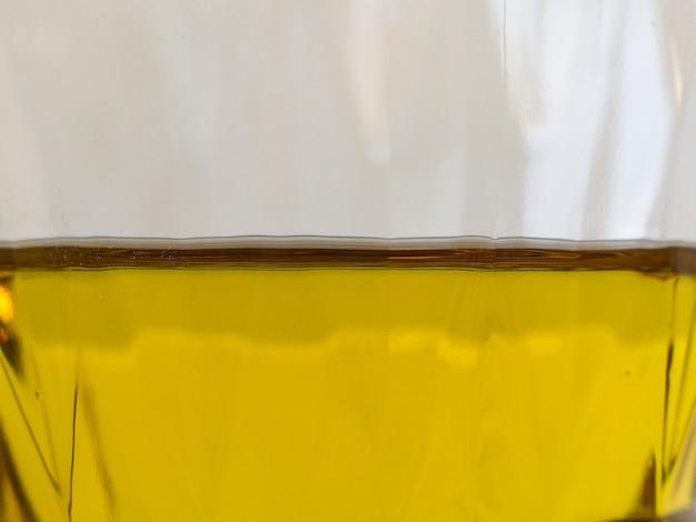 Metade do óleo de cozinha no fundo da garrafa de plástico.