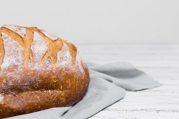 Metade do pão no pano de cozinha