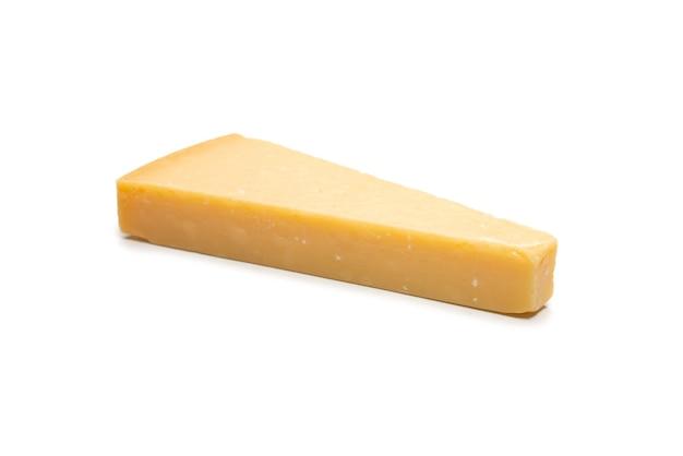 Metade do queijo parmigiano isolado em um fundo branco. vista do topo.