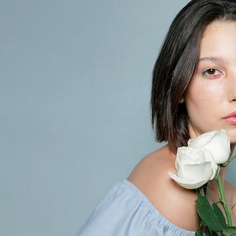 Metade do rosto de mulher com flor