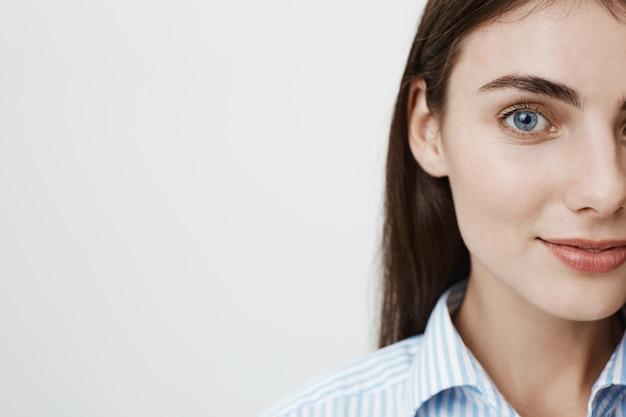 Metade do rosto de uma mulher bonita com olhos azuis