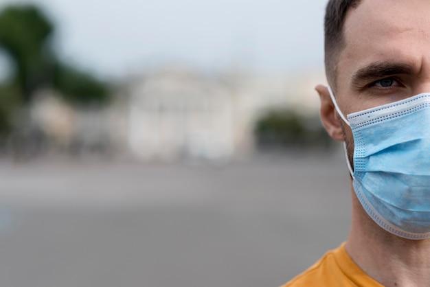 Metade do rosto do homem em close-up usando uma máscara Foto Premium