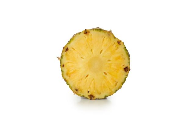 Metade do saboroso abacaxi isolado no fundo branco