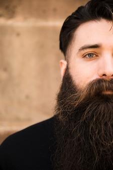 Metade, rosto, retrato, de, um, homem barbudo