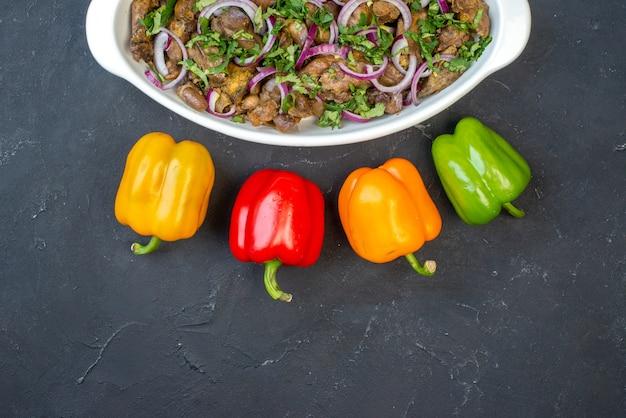 Metade superior vista saborosa tigela de kebab pimentões coloridos na mesa