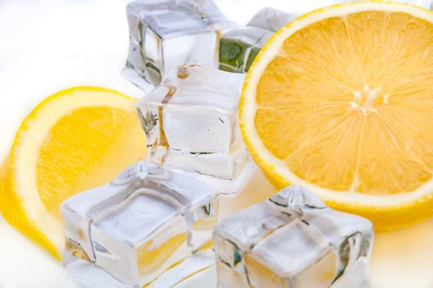 Metade, um, suculento, limão, e, refrescar, cubos gelo, close-up