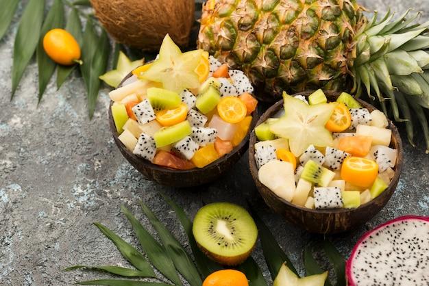 Metades de coco cheio de vista alta de salada de frutas