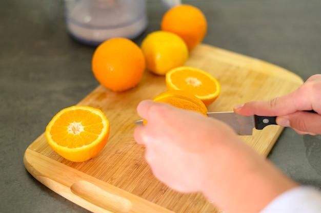 Metades de laranjas e faca na cozinha