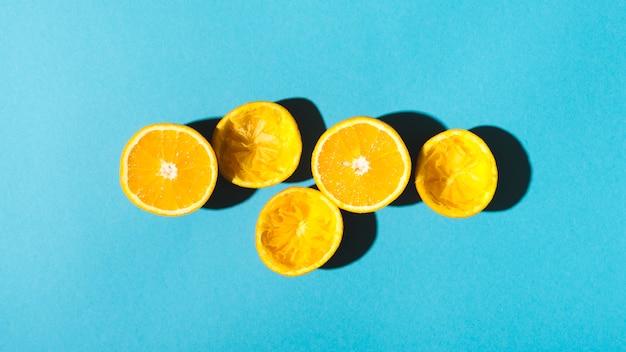 Metades de laranjas para fazer suco