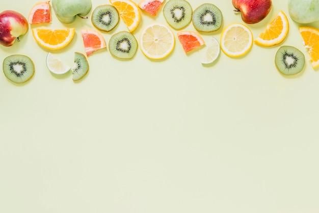 Metades de maçãs perto de frutas cortadas