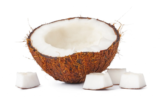 Metades de noz de coco isoladas no branco