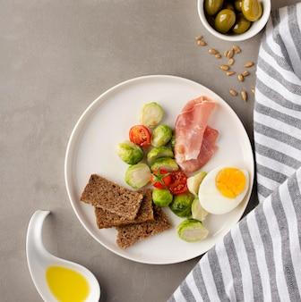 Metades de ovos e vegetais com azeitonas