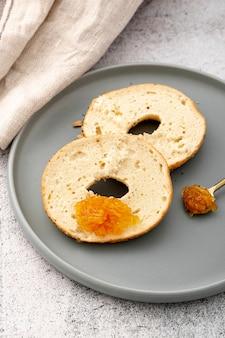 Metades de pão assado com mel no prato