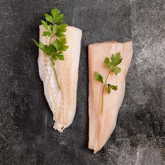 Metades de peixe com folhas de salsa