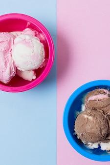 Metades de tigelas rosa e azuis cheias de sorvete