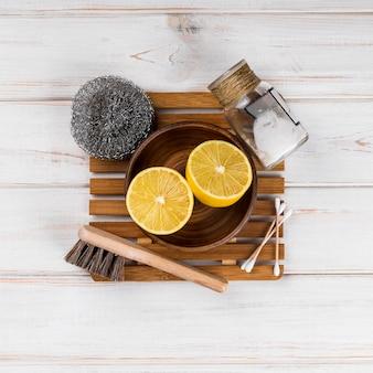 Metades e esponja de produtos de limpeza ecológicos domésticos