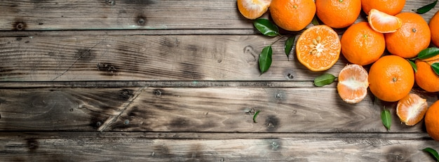 Metades e tangerinas inteiras.