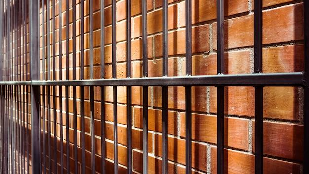 Metal antigo na parede de tijolos