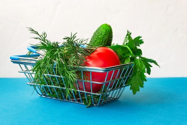Metal de carrinho de compras de supermercado em azul e branco. conceito de cesta de alimentos. fechar-se. vista lateral. foco seletivo suave. . espaço da cópia do texto.