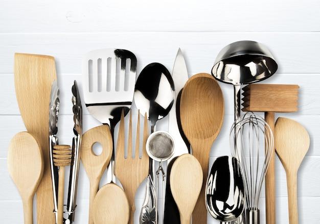 Metal de cozinha e utensílios de madeira no fundo Foto Premium