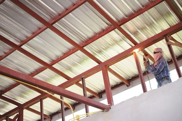 Metal de solda de trabalho do trabalhador para construção de telhado