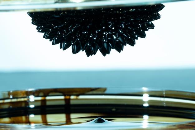 Metal espelhado ferromagnético abstrato de cabeça para baixo