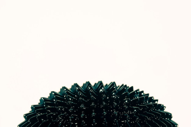 Metal líquido ferromagnético preto espetado com espaço da cópia