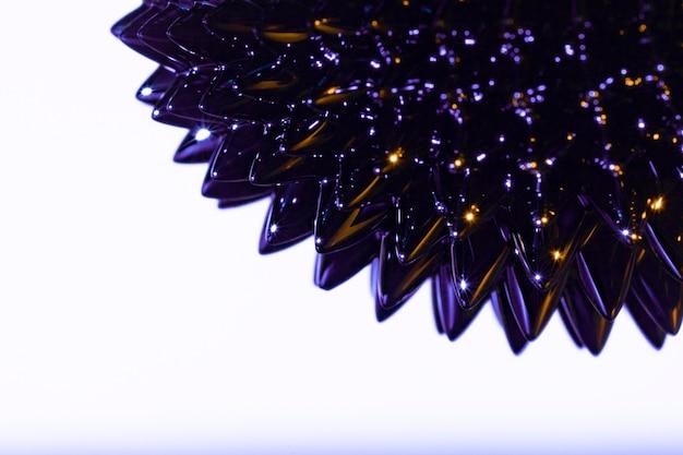 Metal líquido ferromagnético roxo pontudo com espaço de cópia